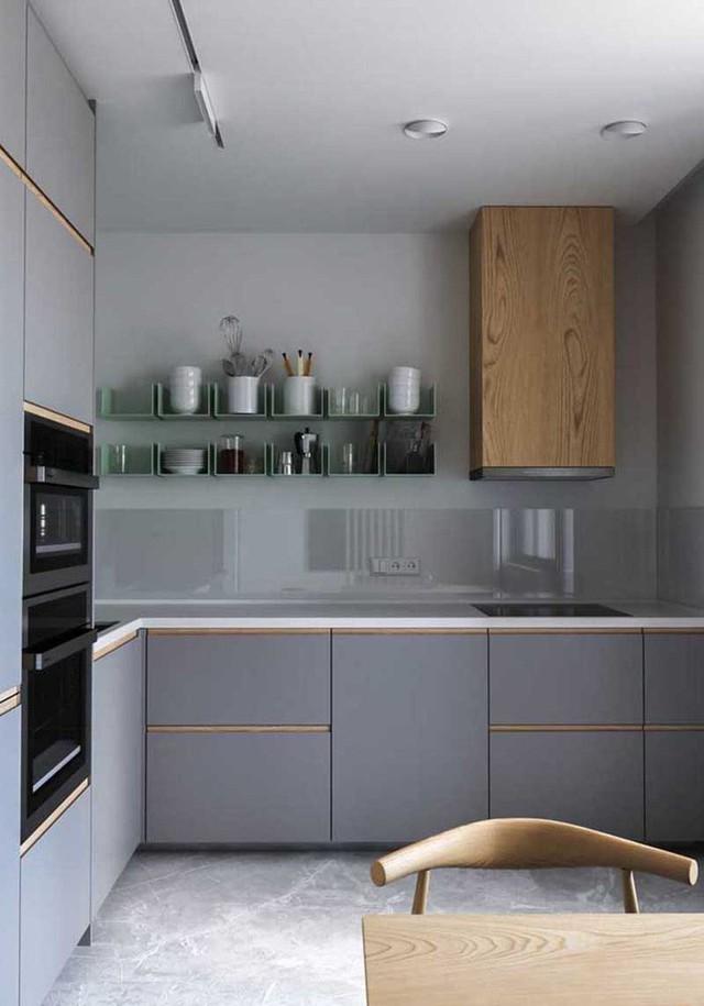 Kính và thép không gỉ là 2 đại diện luôn có mặt bên trong căn bếp gia đình hiện đại.