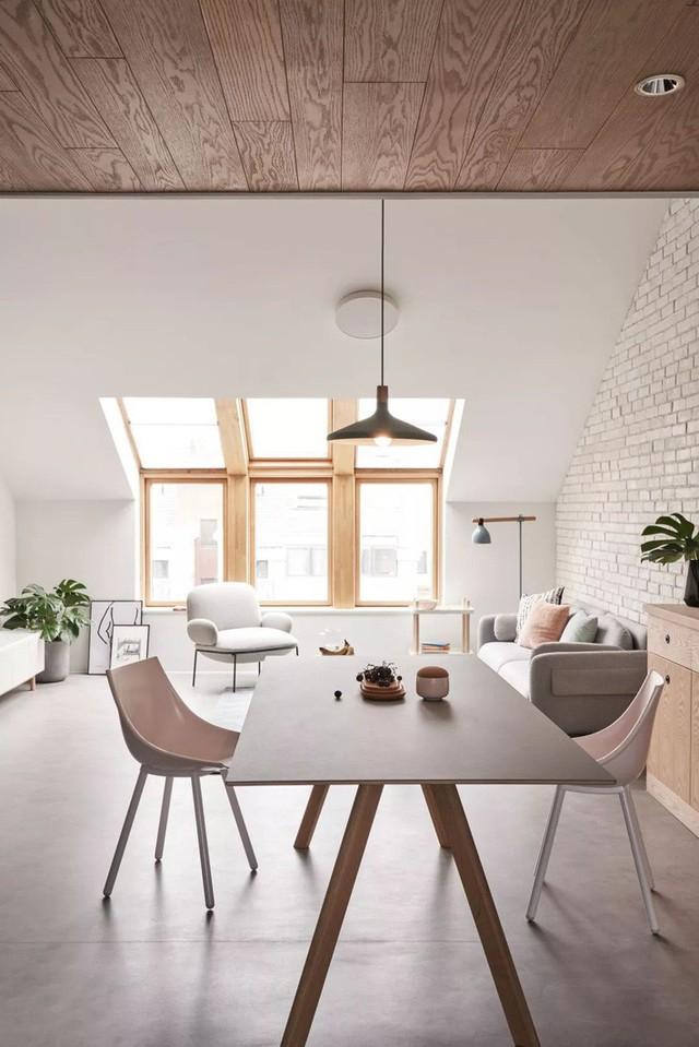 Góc ăn uống đẹp thanh thoát, tự nhiên nhờ bộ bàn ghế màu ghi. Nếu như phòng khách có điểm nhấn từ thảm trải sàn thì phòng ăn lại tạo điểm nhấn ấn tượng từ đèn treo trần.