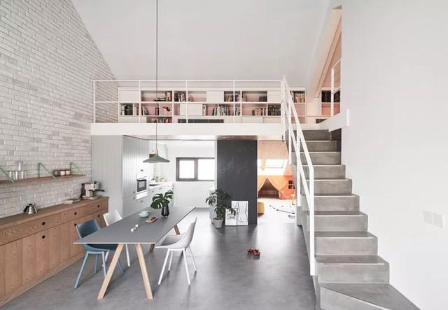 Cầu thang lên tầng gác mái được thiết kế khá đơn giản.
