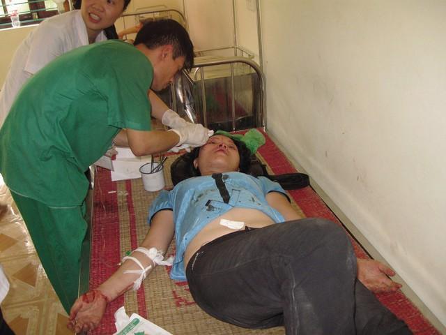 Một nữ nạn nhân bạo lực gia đình được cấp cứu tại Bệnh viện Đa khoa Đoan Hùng (tỉnh Phú Thọ). Ảnh: Q.Huy