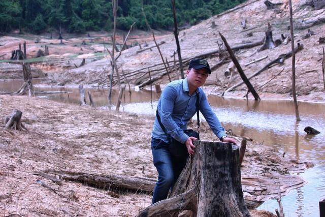 """Nhà báo Hùng Võ giữa lòng hồ thuỷ điện, nơi được mệnh danh là """"nghĩa địa rừng xanh tố cáo kẻ sát nhân"""". Ảnh: NVCC"""