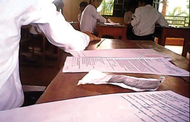 Thí sinh thoải mái chép bài của nhau tại phòng thi tốt nghiệp THPT tại Trường THPT Đồi Ngô năm 2012.Ảnh cắt từ clip