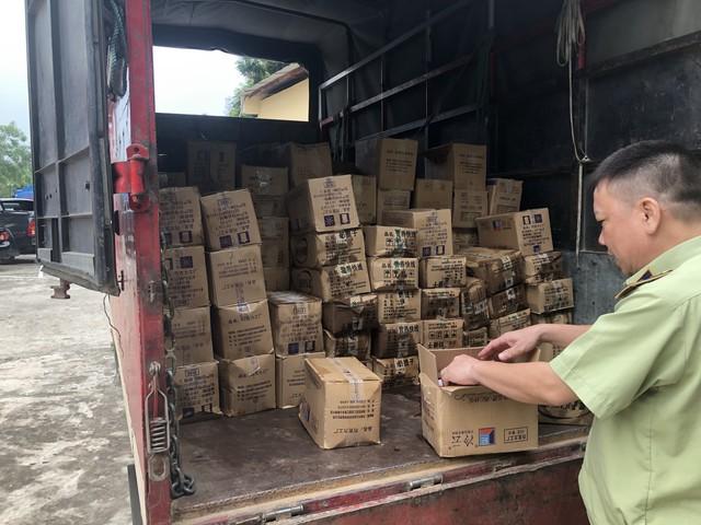 Lực lượng chức năng tỉnh Lào Cai vừa phát hiện và bắt giữ 8.000 que kem không rõ nguồn gốc đang trên đường đi vào thị trường Việt Nam.