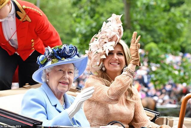 Nữ hoàng Anh xuất hiện cùng Hoàng hậu Hà Lan.