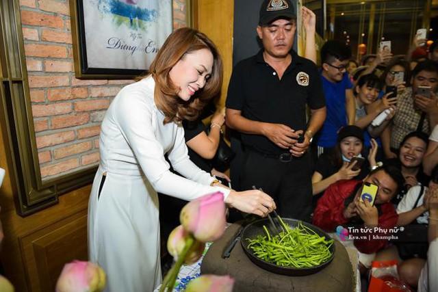 Hoạ mi tóc nâu tự tin chứng minh biết nấu ăn ngay tại sự kiện mà nguyên liệu do fan vác đến - một khoảnh khắc rất đặc biệt, hiếm sao Việt nào có.