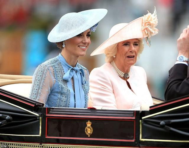 Công nương Kate ngồi cùng xe ngựa với mẹ chồng.