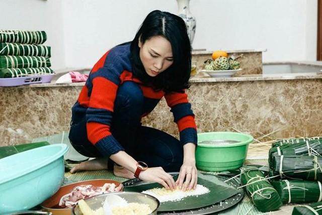 Nữ ca sĩ tự tay thực hiện các công đoạn từ gói bánh, nhóm lửa cho đến vớt bánh.