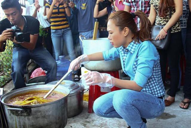 Một trong những hình ảnh xúc động nhất của Mỹ Tâm chính là cảnh cô xắn tay nấu ăn cho người dân vùng lũ.