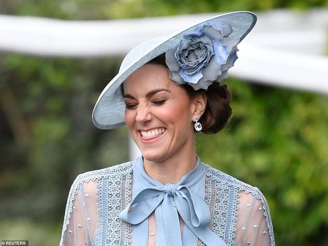 Công nương Kate bị đánh giá thấp khi lựa chọn chiếc mũ sến súa.