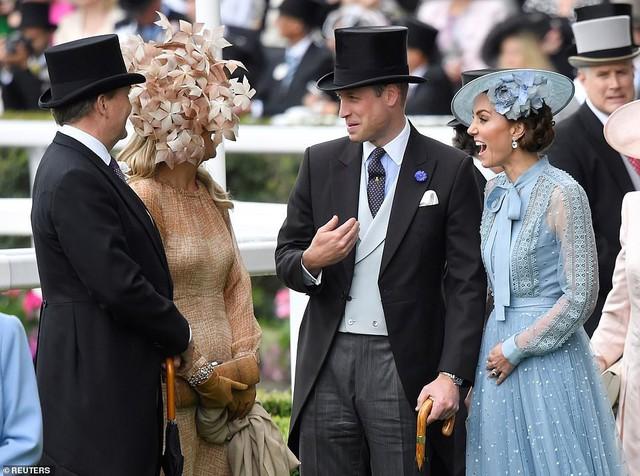 Công nương Kate lựa chọn chiếc đầm quá bánh bèo.