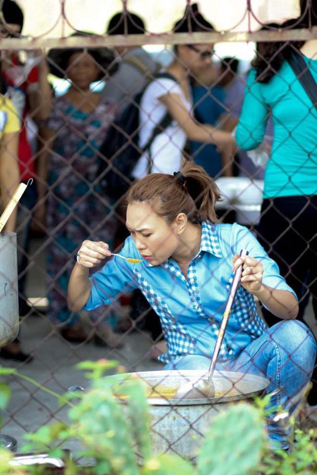 Nữ ca sĩ nấu món bún bò cho bà con.