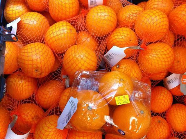 Nếu bỏ trái cây, rau củ vào túi nilon cất vào tủ lạnh sẽ khiến chúng bị hỏng nhanh do bị tích tụ hơi nước, độ ẩm... Thay vào đó, bạn nên dùng túi giấy, hay túi lưới - vừa thân thiện môi trường lại hiệu quả.