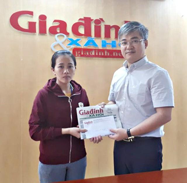 Tổng biên tập Trần Tuấn Linh trao tiền cho trường hợp bé Mỹ Duyên MS 424
