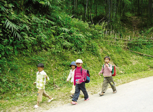 Những đứa trẻ ở xã Khánh Hòa, huyện Lục Yên đi bộ đến trường.