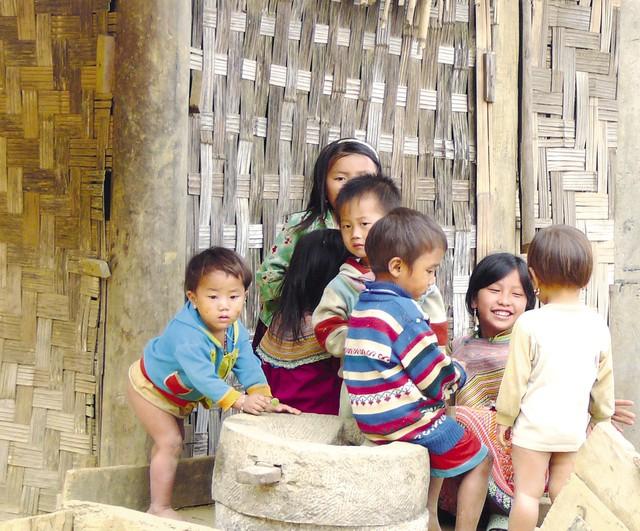 Những đứa trẻ còn bé tẹo đã tự ở nhà trông em cho bố mẹ đi làm nương ở xã Trung Lý. Ảnh: Hạnh Mai