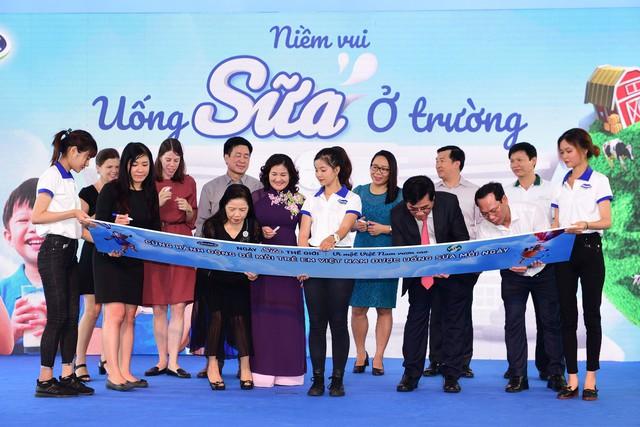 """Tại sự kiện, các đại biểu tham dự đã cùng ký tên lên bảng tượng trưng với thông điệp """"Hành động để mỗi trẻ em Việt Nam đều được uống sữa mỗi ngày"""""""