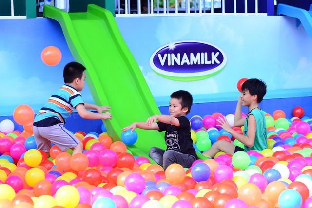 Các bé được thỏa sức khám phá thử thách hấp dẫn tạo cơ hội để các bé vận động cả trí óc lẫn thể chất để hoàn thành, và đổi lấy những phần quà thơm ngon bổ dưỡng từ Vinamilk.