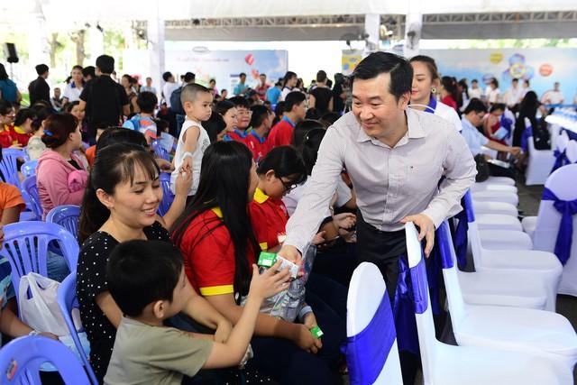 Niềm vui của các em nhỏ khi nhận sữa từ các đại biểu tham gia sự kiện.