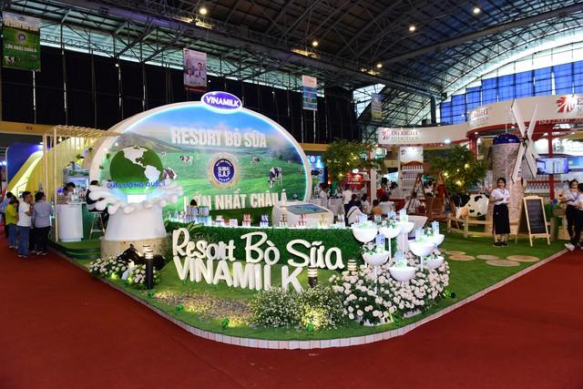 """Khu vực """"Resort"""" bò sữa của Vinamilk thu hút được sự quan tâm của các em nhỏ và cha mẹ bởi nhiều hoạt động thú vị"""