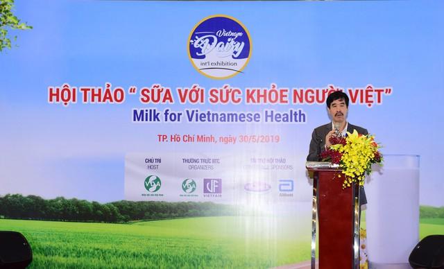 Ông Nguyễn Quốc Khánh – Giám đốc Điều hành Vinamilk chia sẻ những thông tin bổ ích tới người tiêu dùng tham gia hội thảo