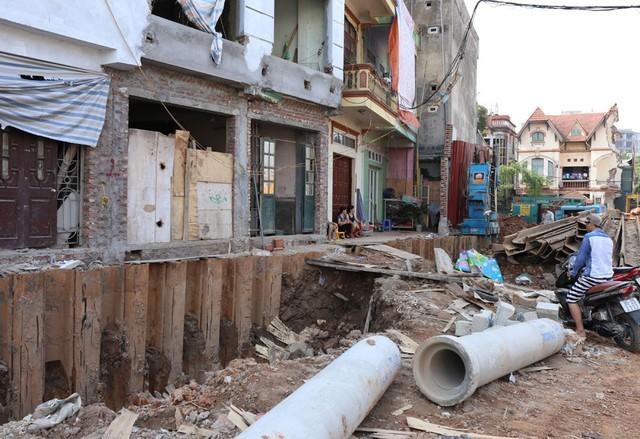 Người dân trên tuyến đường này cũng tấp nập xây dựng, sửa chữa bởi khi tuyến đường giải phóng mặt bằng xong tự dưng được ra mặt đường chính.