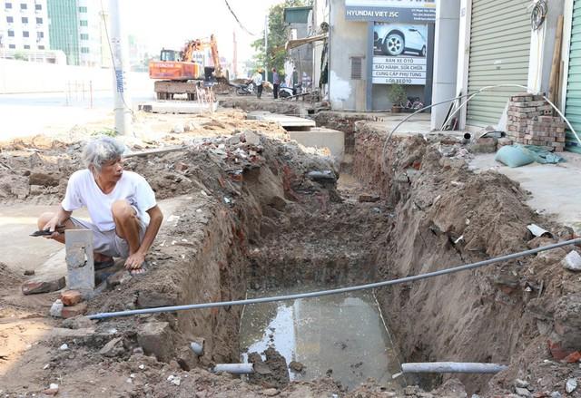 Một người đàn ông lo lắng trước việc đường ống cấp nước sạch của gia đình có thể bị ảnh hưởng.