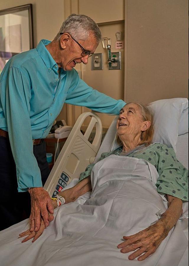 Ông Dewhurs đến thăm bà Nall trước khi làm phẫu thuật hiến thận. Ảnh: Fox news