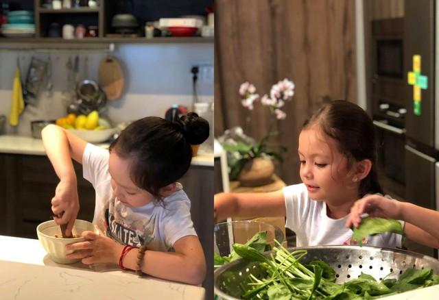 Không chỉ lo cho các con có cuộc sống đủ đầy, cố gắng bù đắp tình cảm, cô rất chú trọng việc để con tự lập khi chỉ mới 7 tuổi. Trong ảnh, nữ ca sĩ hướng dẫn các con cách nấu ăn, vào bếp với những món đơn giản.