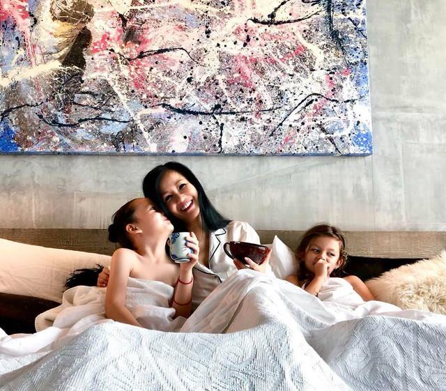 Cuộc sống của 3 mẹ con luôn tràn ngập tiếng cười dù Hồng Nhung một mình phải lo toan mọi thứ từ sự nghiệp đến con cái. Nhưng giọng ca Phố à, phố ơi vẫn rất lạc quan: Suối nguồn hạnh phúc từ hai cái con người bé con này đã cho mẹ của chúng tất cả những gì một người mẹ cần và mơ ước!.