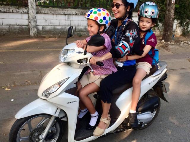Hiện tại, ngoài những ngày tham gia lưu diễn xa, nữ ca sĩ dành toàn bộ thời gian còn lại bên hai con. Hình ảnh Hồng Nhung đưa hai con đi học bằng xe máy từng khiến cộng đồng mạng ngỡ ngàng.