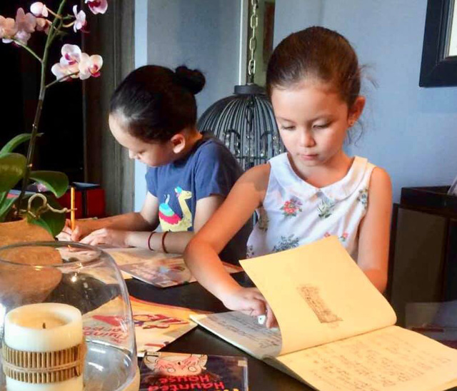 Cặp đôi song sinh nhà Hồng Nhung đến nay đã được 7 tuổi, hai anh em thường xuyên nhận được nhiều lời khen từ khán giả vì tính tự giác từ nhỏ. Những lúc mẹ vắng nhà, Tôm - Tép (tên 2 con của Hồng Nhung) đều tự giác làm bài tập, hoàn thành việc học.