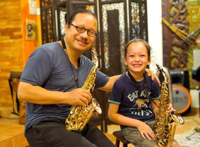 Mới đây, nữ ca sĩ chia sẻ hình ảnh con trai say mê luyện tập kèn khi vừa ngủ dậy, cậu bé có sở thích đặc biệt với bộ môn này và được nhạc sĩ saxophone nổi tiếng của Việt Nam- Trần Mạnh Tuấn trực tiếp chỉ dạy.