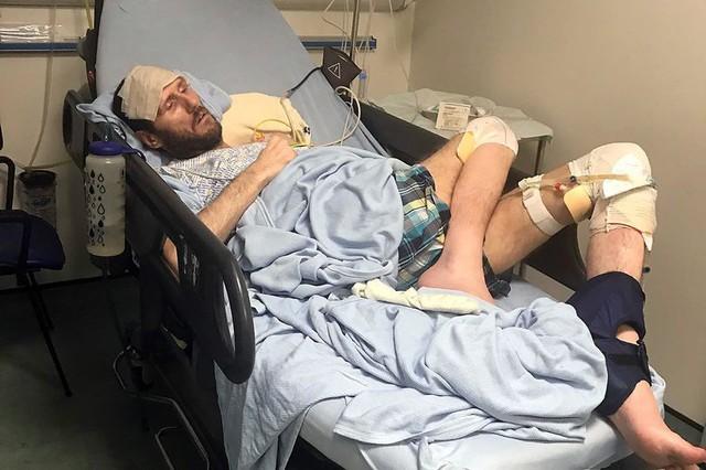 Thomas trong bệnh viện với căn bệnh quái ác – một lỗ to ở chân do một loài siêu bọ gây nên