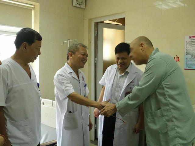 Bệnh nhân người Mỹ đến cảm ơn các bác sĩ đã cứu sống mình. Ảnh: BVCC