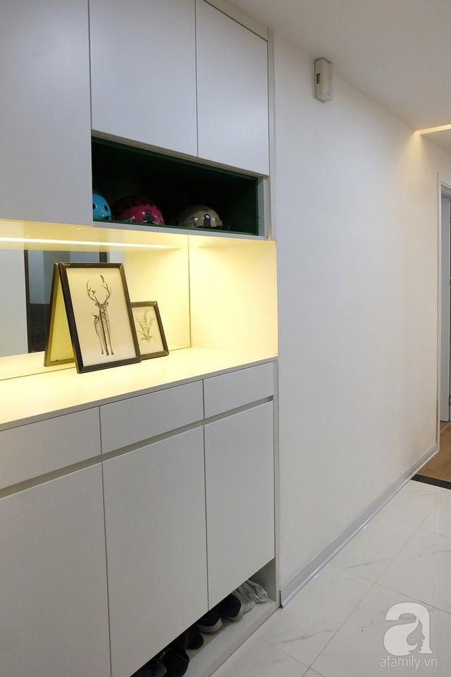 Ngay khu vực lối vào có một diện tích hốc tường đủ để thiết kế tủ đựng giày tiện lợi.