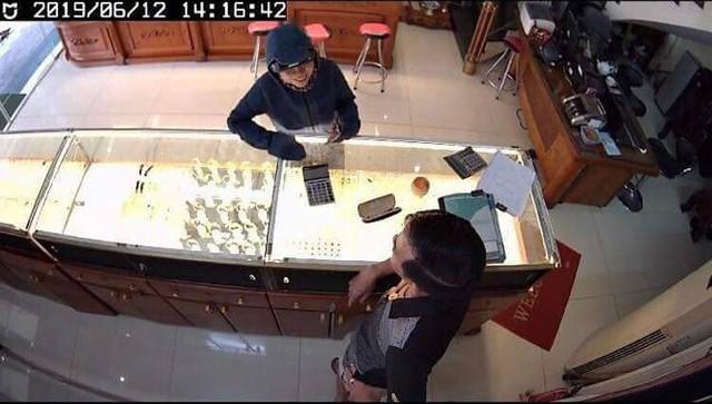 Cùng 1 chiêu trò lừa mua vàng rồi nhân lúc sơ hở đối tượng nhanh chóng ra tay. (Ảnh cắt từ clip của cửa hàng T. L. Hải Phòng)