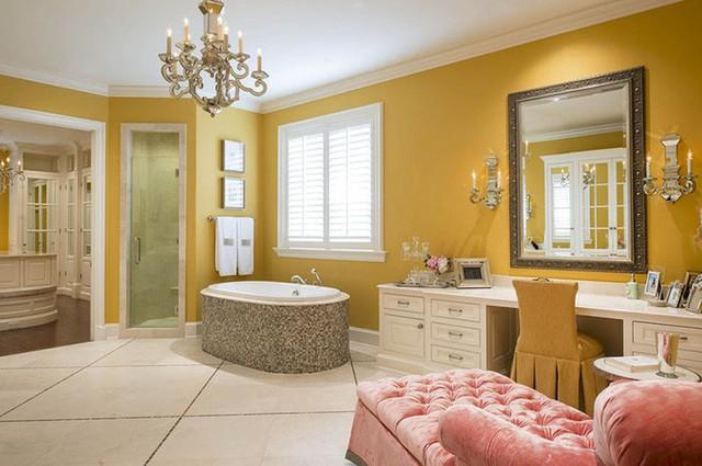 Không chỉ phòng khách, những căn phòng tắm gia đình hoàn toàn có thể sử dụng những bộ đèn chùm rực rỡ.