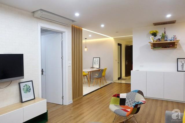Lối vào nhà được phân chia khéo léo bằng gạch và sàn gỗ.