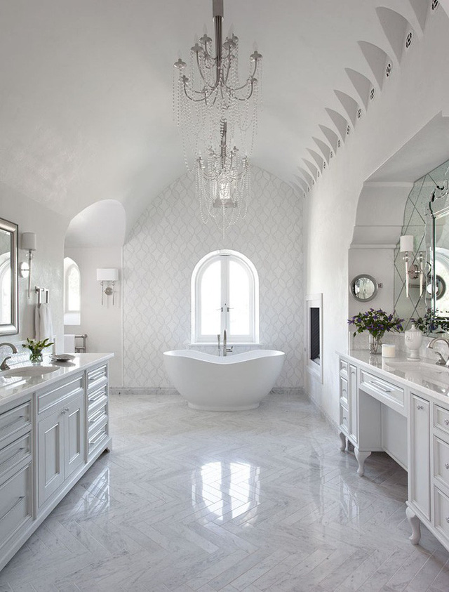 Sự xuất hiện của những bộ đèn chùm mang đến một diện mạo đẳng cấp, sang trọng hơn rất nhiều cho căn phòng tắm gia đình.