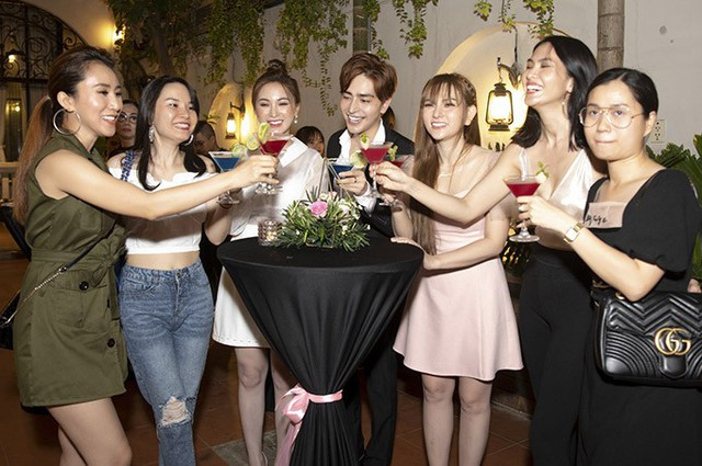 Bạn bè trong nhóm Mây Trắng, diễn viên Lâm Vĩ Dạ (váy đen), cựu người mẫu Anh Thư (thứ hai từ phải qua) đến chứng kiến khoảnh khắc Thu Thuỷ được bạn trai cầu hôn.