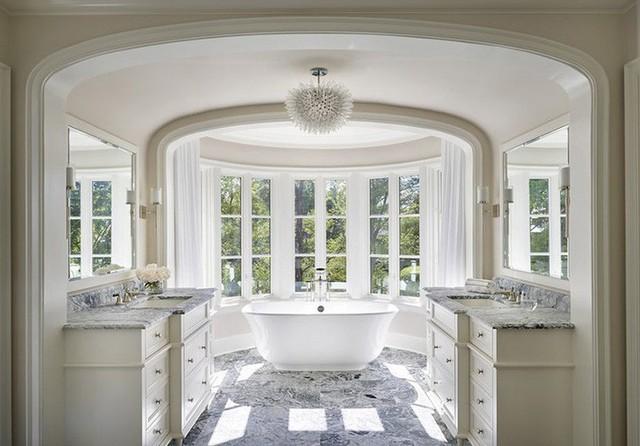 Mẫu thiết kế thuyết phục bạn tin tưởng rằng hoàn toàn có thể sử dụng đèn chùm bên trong phòng tắm gia đình.