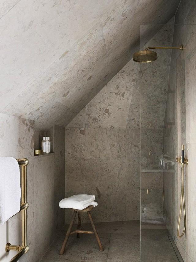 Phòng tắm mộc với chất liệu đá tự nhiên kết hợp thêm đồ dùng mạ vàng sang trọng.