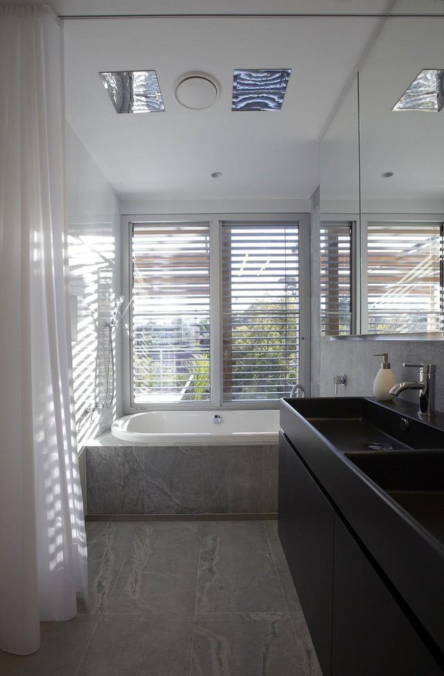 Phòng tắm bằng gỗ với màu trắng và màu đen.