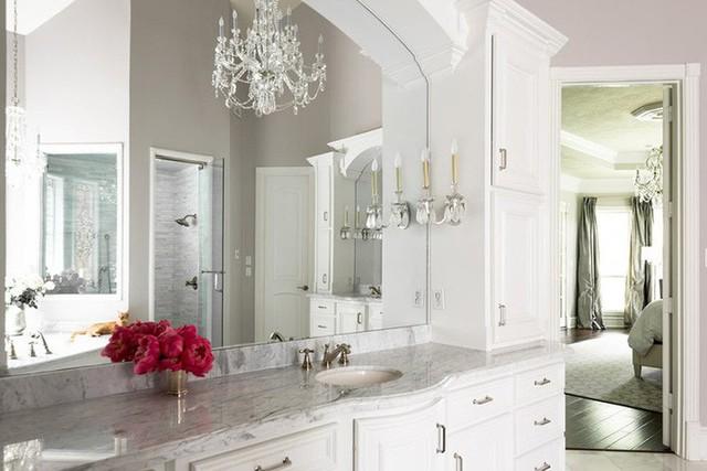Đừng ngại thử sức với việc thiết kế nhà tắm cùng những mẫu đèn chùm trang trí.