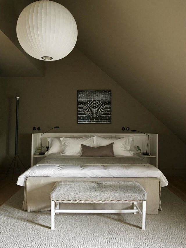 Phòng ngủ có ghế ngồi chân giường phủ lông nhung ấm áp, quý phái.