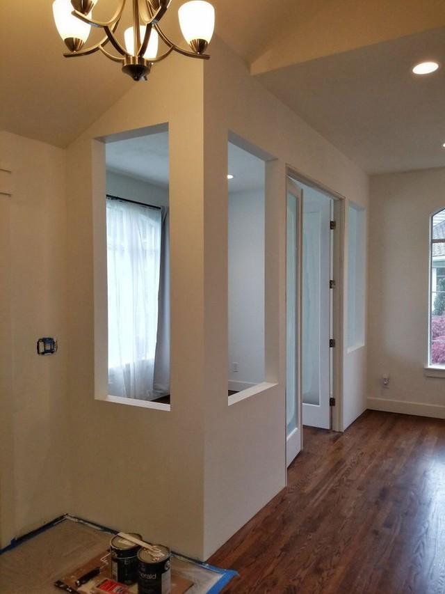 Lưu ý nhỏ, để giữ được sàn nhà sạch sẽ như thế này thì trước khi sơn bạn phải trải lớp che chắn kĩ càng.