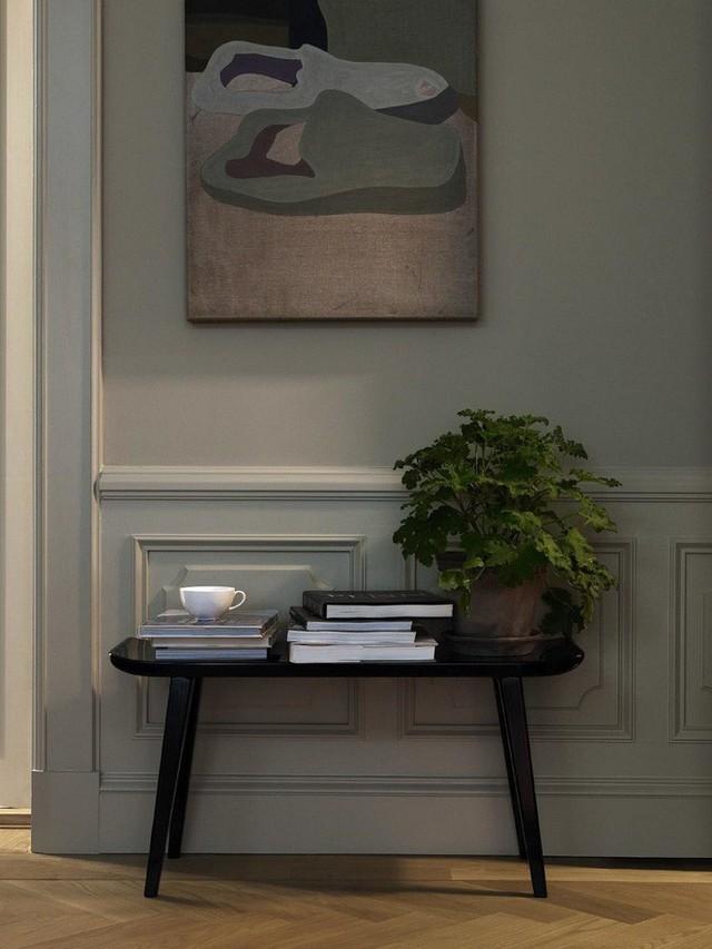 Các món đồ nội thất như ghế, bàn từ gỗ sẫm màu sẽ được trang trí thêm vài chậu cây cảnh thích mắt.