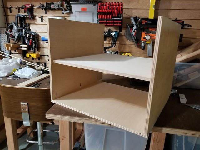 Sau khi hoàn thành xong bộ khung, người đàn ông tiếp tục làm tủ, bàn làm việc và ghế ngồi. Theo thiết kế ban đầu không gian sẽ có 3 tủ.