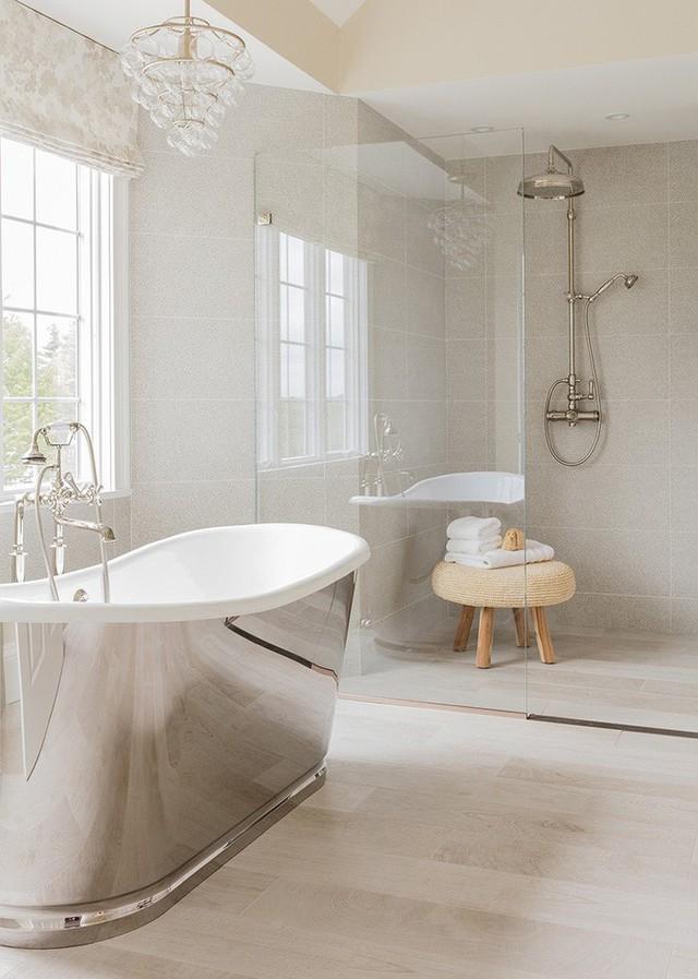 Bạn luôn có thể tìm thấy những mẫu đèn chùm với kích thước và mẫu mã khác nhau cho phù hợp với lối thiết kế bên trong căn phòng tắm.