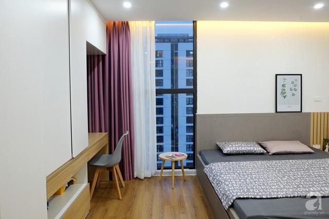 Cửa kính trong suốt tăng vẻ đẹp hiện đại, thoáng sáng cho phòng ngủ master.